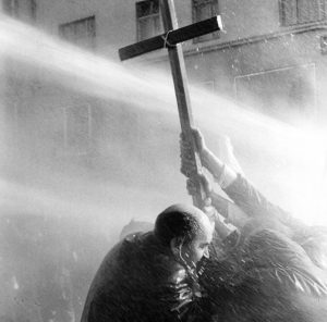 """Kreuz 1968 - Dieses Bild kann honorarfrei bei Nennung der Ausstellung  """"75 Jahre Zintstoff - Ausstellung vom 1. Juli bis 14. Juli 2016""""verwendet werden.Kreuz Andere Verwendungen bedürfen der Honorarabsprache."""